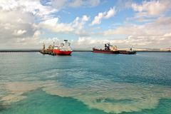 Terminal de transbordement pour les produits en acier de chargement aux navires de mer utilisant les grues de rivage et l'équipem image stock