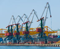 Terminal del cargo en el puerto ruso Vladivostok fotografía de archivo