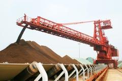 Terminal del mineral de hierro del acceso de Qingdao Fotos de archivo libres de regalías