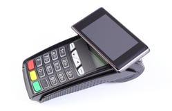Terminal del pago con el teléfono móvil con tecnología de NFC en el fondo blanco, el pagar cashless hacer compras fotos de archivo libres de regalías