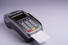 Terminal del pago con la tarjeta de crédito blanca de la etiqueta fotografía de archivo libre de regalías