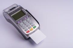 Terminal del pago con la tarjeta de crédito blanca de la etiqueta Imagen de archivo