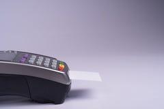Terminal del pago con la tarjeta de crédito blanca de la etiqueta foto de archivo libre de regalías