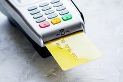 Terminal del pago con la tarjeta en fondo de la tabla Imagen de archivo