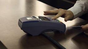 Terminal del pago con tarjeta de crédito en tienda Cierre para arriba almacen de metraje de vídeo