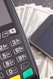 Terminal del pago, smartphone con tecnología de NFC y dólar de las monedas Opci?n entre cashless o el efectivo que paga hacer com fotos de archivo libres de regalías