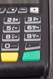 Terminal del pago usando para introducir código del perno El pagar Cashless hacer compras imágenes de archivo libres de regalías