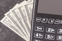 Terminal del pago y dólar de las monedas Opción entre cashless o el efectivo que paga en diversos lugares fotos de archivo libres de regalías