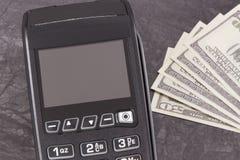 Terminal del pago y dólar de los curriencies Cashless o efectivo que paga concepto que hace compras foto de archivo