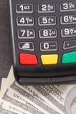 Terminal del pago y d?lar de las monedas Opci?n entre cashless o el efectivo que paga en diversos lugares imágenes de archivo libres de regalías