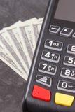 Terminal del pago y d?lar de los curriencies Cashless o efectivo que paga concepto que hace compras imágenes de archivo libres de regalías