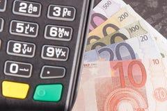 Terminal del pago y euro de los curriencies Opci?n entre cashless o el efectivo que paga hacer compras Concepto de las finanzas foto de archivo