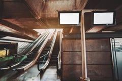Terminal del transporte con las escaleras móviles imagenes de archivo
