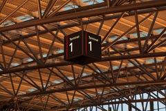 Terminal-displayat der Flughafen unter Dach Stockbild