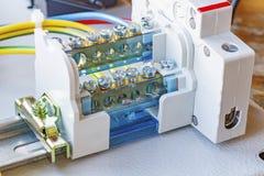 Terminal do fio com o interruptor automático instalado em um Ruído-trilho foto de stock royalty free