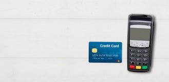 Terminal do pagamento e cartão de crédito no fundo de madeira Imagens de Stock Royalty Free
