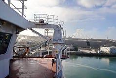 Terminal do trnsbordo para descarregar a carga de maioria do enxofre químico dos navios usando um guindaste litoral Porto de Zorf imagem de stock