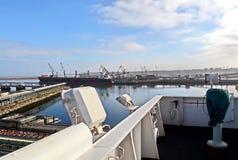 Terminal do trnsbordo para descarregar a carga de maioria do enxofre químico dos navios usando um guindaste litoral Porto de Zorf foto de stock