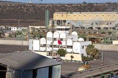 Terminal do trnsbordo para descarregar a carga de maioria do enxofre químico dos navios usando um guindaste litoral Porto de Zorf fotos de stock