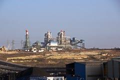 Terminal do trnsbordo para descarregar a carga de maioria do enxofre químico dos navios usando um guindaste litoral Porto de Zorf foto de stock royalty free