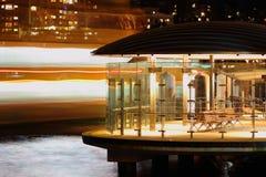 Terminal du ferry vide la nuit Photographie stock libre de droits