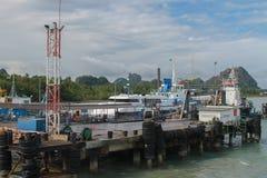 Terminal du ferry, voyage de ferry au-dessus de terre de Koh Samui vers Surat Thani Photos stock