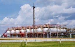 Terminal et ciel de gaz photo libre de droits