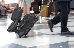Terminal et voyageur d'aéroport Image stock