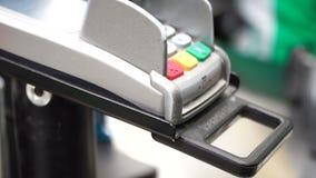 Terminal för betalning på supermarketnärbilden Contactless betala kreditkort 4k stock video