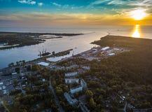 Terminal för gaslagring i havsporten Baltiskt hav, Daugavaflod Royaltyfri Bild