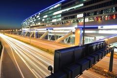 Terminal ferroviaire d'aéroport de Francfort la nuit Photo stock