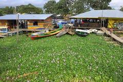 Terminal fluvial en el río Amazonas en la ciudad de Leticia, Colombia imagen de archivo