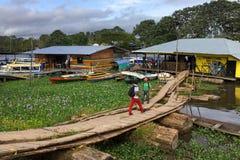 Terminal fluvial sur le fleuve Amazone dans la ville de Leticia, Colombie photos libres de droits