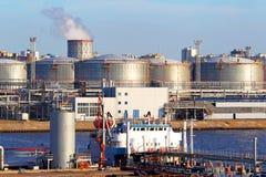 Terminal för olje- affär Tankfartyget i port Royaltyfria Bilder