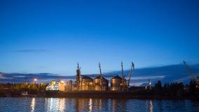 Terminal grande del grano de Timelapse en el puerto por la tarde Transbordo a granel de los cereales al buque en la noche Grano d almacen de metraje de vídeo
