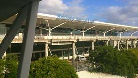 Terminal internacional del aeropuerto de Brisbane exterior en Queensland Australia almacen de metraje de vídeo