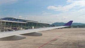Terminal international dans l'aéroport de Phuket banque de vidéos