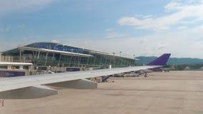 Terminal international dans l'aéroport de Phuket clips vidéos