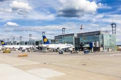 Terminal 1 met passagiersvliegtuigen in Frankfurt royalty-vrije stock afbeelding