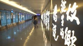 terminal muy feliz asiático joven de la salida de la mujer 4K del aeropuerto internacional metrajes