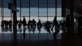 Terminal occupé dans des gens d'affaires de wiith d'aéroport banque de vidéos
