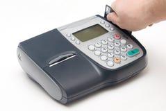 Terminal par la carte de crédit fixe avec la main Photographie stock libre de droits
