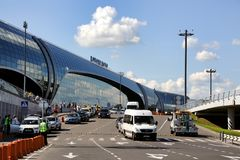 Terminal pour passagers moderne d'aéroport de Domodedovo - Moscou Transpo Image stock