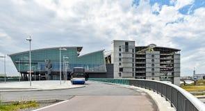 Terminal y parking del aeropuerto Leipzig/Halle en Alemania foto de archivo libre de regalías
