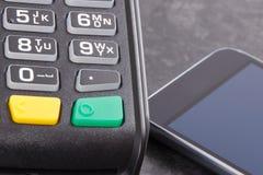 Terminal y smartphone del pago con tecnología de NFC Opción entre cashless o el efectivo que paga hacer compras fotos de archivo
