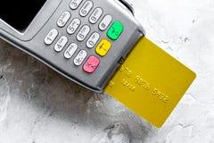 Terminal y tarjeta en la compra de concepto en el backgroun de piedra de la tabla Fotografía de archivo libre de regalías