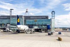 Terminale 1 con il decking dell'aeroplano dei passeggeri a Francoforte Immagine Stock Libera da Diritti