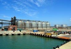 Terminale del grano nel porto di Kavkaz sulla penisola di Taman, Rus Fotografia Stock