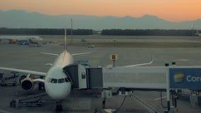 Terminale del portone dell'aeroporto su caricamento prima della partenza stock footage