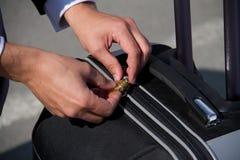 Terminale della valigia di sicurezza dei bagagli di viaggio dell'aeroporto fotografia stock